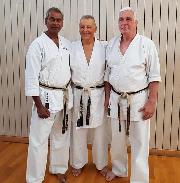 v.l.n.r.: Prüfer Yamal Measara, Prüfling Günther Schleicher, Prüfer Prof. Dr. Sigi Wolf